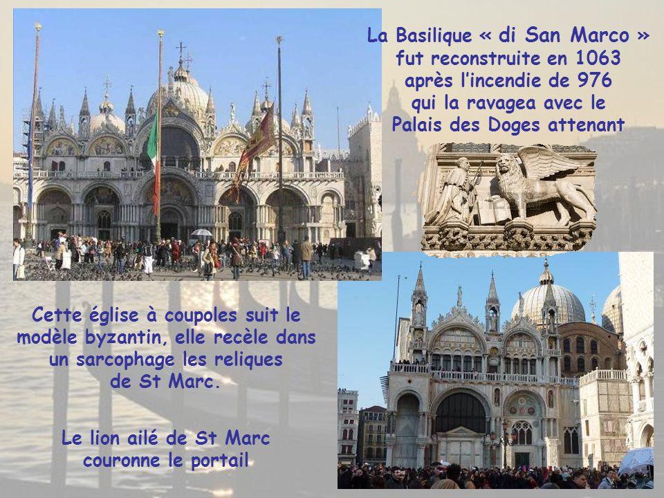 Le lion ailé de St Marc couronne le portail