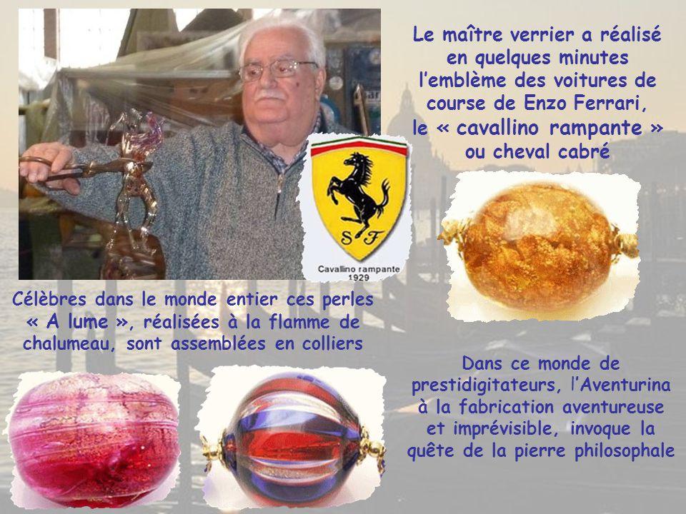 Le maître verrier a réalisé en quelques minutes l'emblème des voitures de course de Enzo Ferrari, le « cavallino rampante » ou cheval cabré