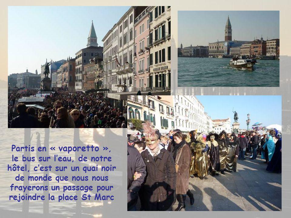 Partis en « vaporetto », le bus sur l'eau, de notre hôtel, c'est sur un quai noir de monde que nous nous frayerons un passage pour rejoindre la place St Marc