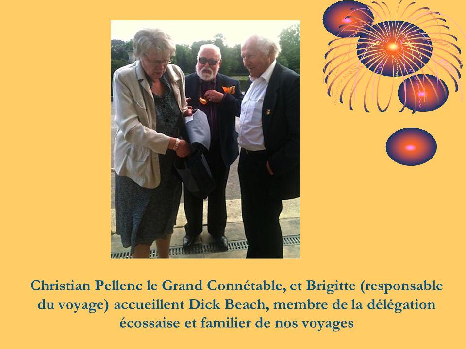 Christian Pellenc le Grand Connétable, et Brigitte (responsable du voyage) accueillent Dick Beach, membre de la délégation écossaise et familier de nos voyages