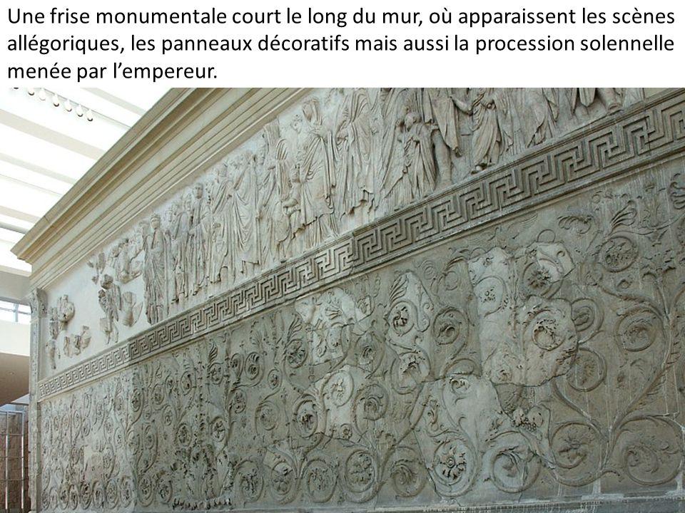 Une frise monumentale court le long du mur, où apparaissent les scènes allégoriques, les panneaux décoratifs mais aussi la procession solennelle menée par l'empereur.