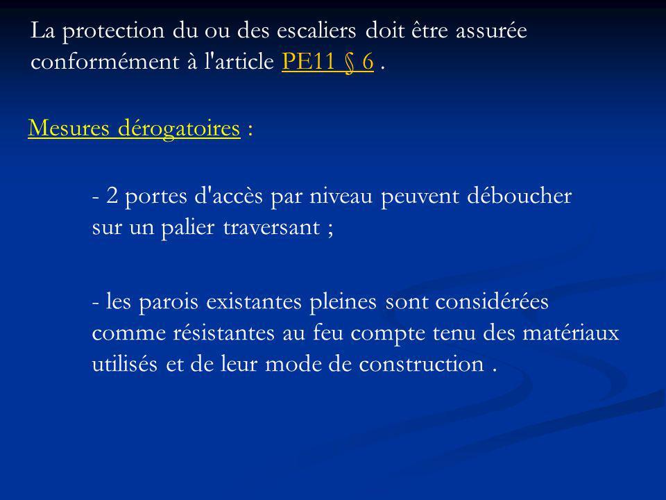 La protection du ou des escaliers doit être assurée conformément à l article PE11 § 6 .