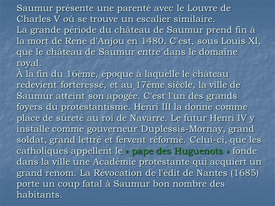 Saumur présente une parenté avec le Louvre de Charles V où se trouve un escalier similaire.