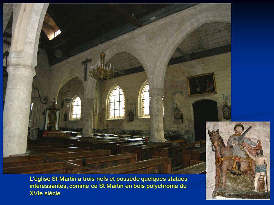 L'église St-Martin a trois nefs et possède quelques statues intéressantes, comme ce St Martin en bois polychrome du XVIe siècle