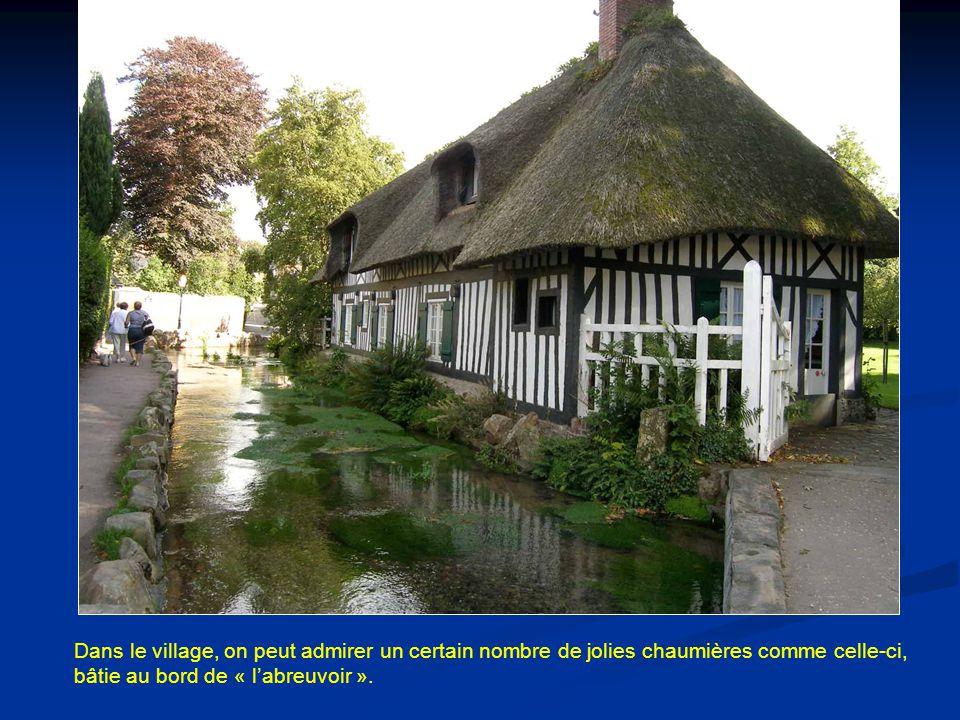 Dans le village, on peut admirer un certain nombre de jolies chaumières comme celle-ci, bâtie au bord de « l'abreuvoir ».