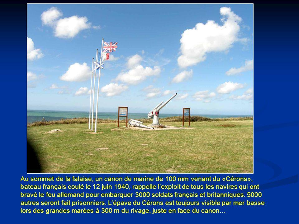 Au sommet de la falaise, un canon de marine de 100 mm venant du «Cérons», bateau français coulé le 12 juin 1940, rappelle l'exploit de tous les navires qui ont bravé le feu allemand pour embarquer 3000 soldats français et britanniques.