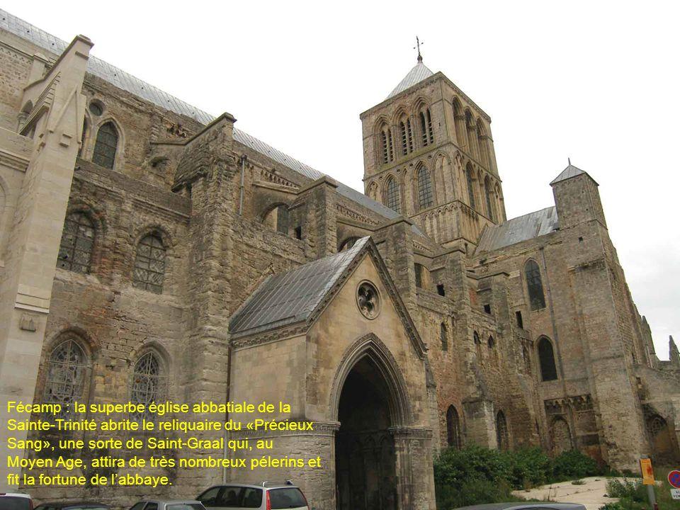 Fécamp : la superbe église abbatiale de la Sainte-Trinité abrite le reliquaire du «Précieux Sang», une sorte de Saint-Graal qui, au Moyen Age, attira de très nombreux pélerins et fit la fortune de l'abbaye.