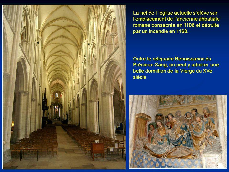 La nef de l 'église actuelle s'élève sur l'emplacement de l'ancienne abbatiale romane consacrée en 1106 et détruite par un incendie en 1168.