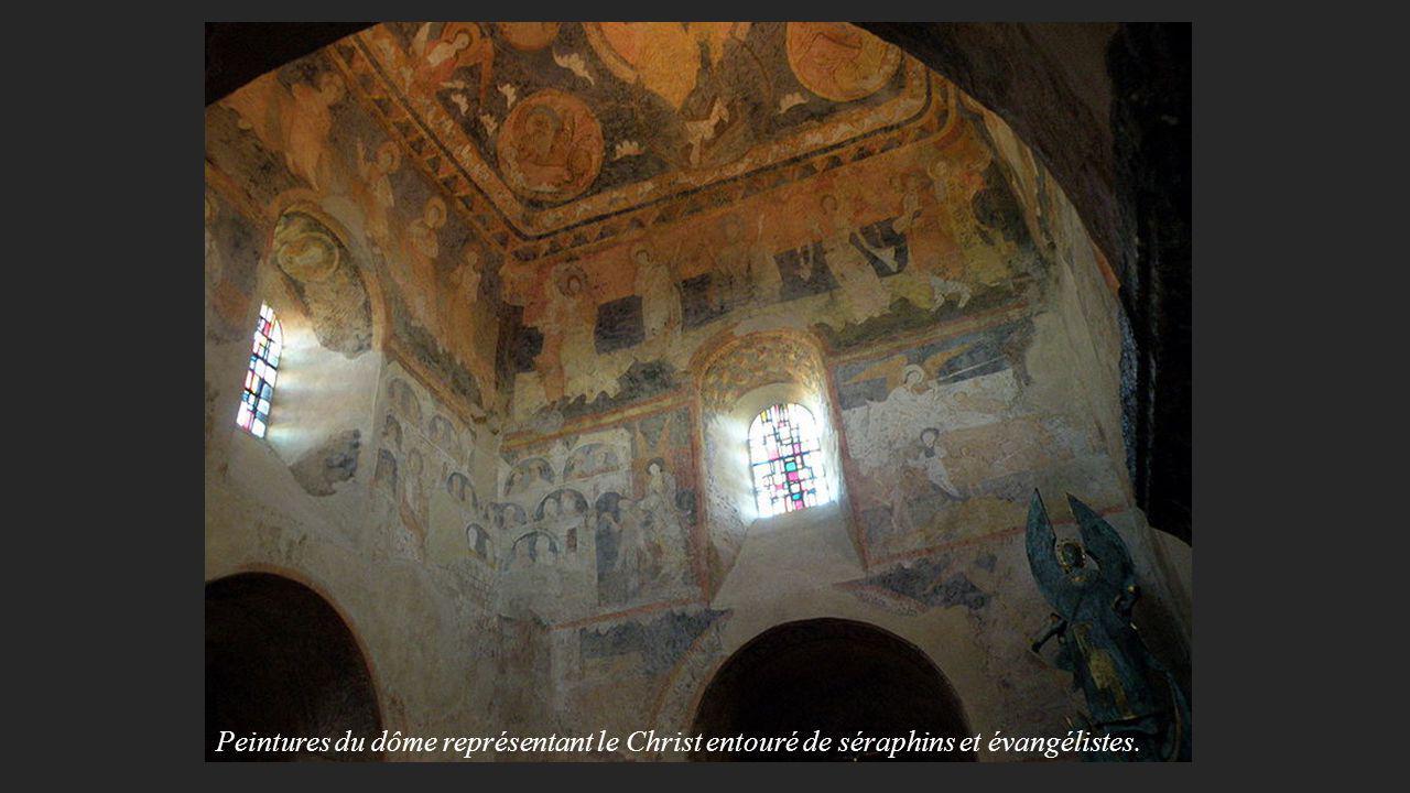 Peintures du dôme représentant le Christ entouré de séraphins et évangélistes.
