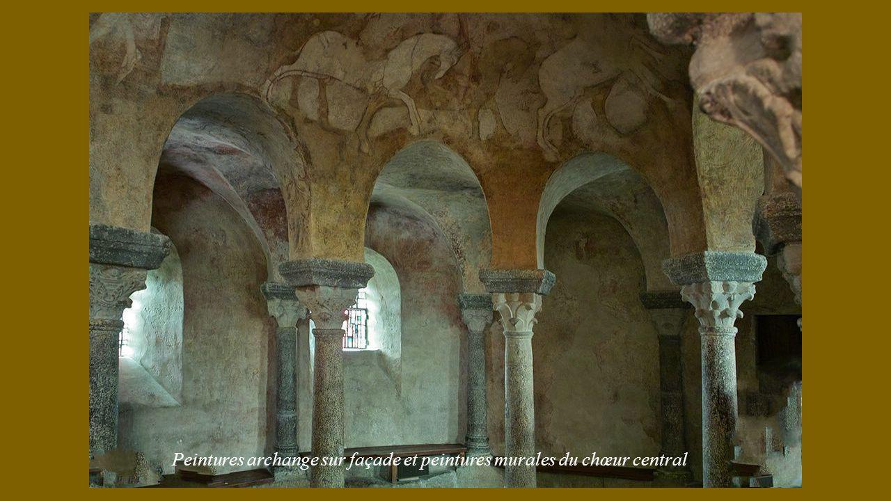 Peintures archange sur façade et peintures murales du chœur central
