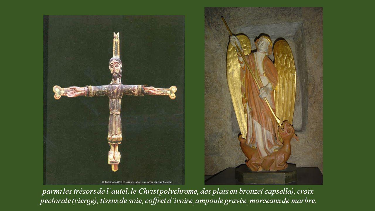 parmi les trésors de l'autel, le Christ polychrome, des plats en bronze( capsella), croix pectorale (vierge), tissus de soie, coffret d'ivoire, ampoule gravée, morceaux de marbre.