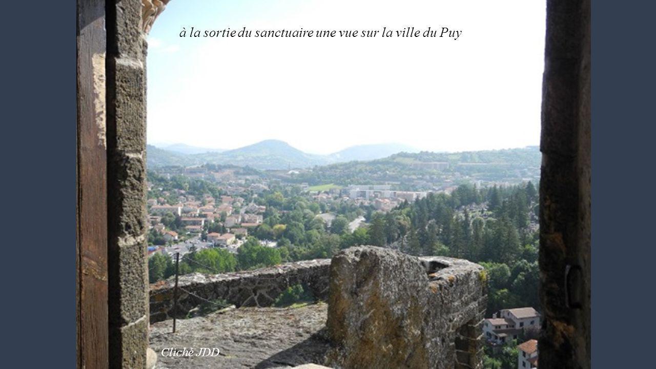à la sortie du sanctuaire une vue sur la ville du Puy