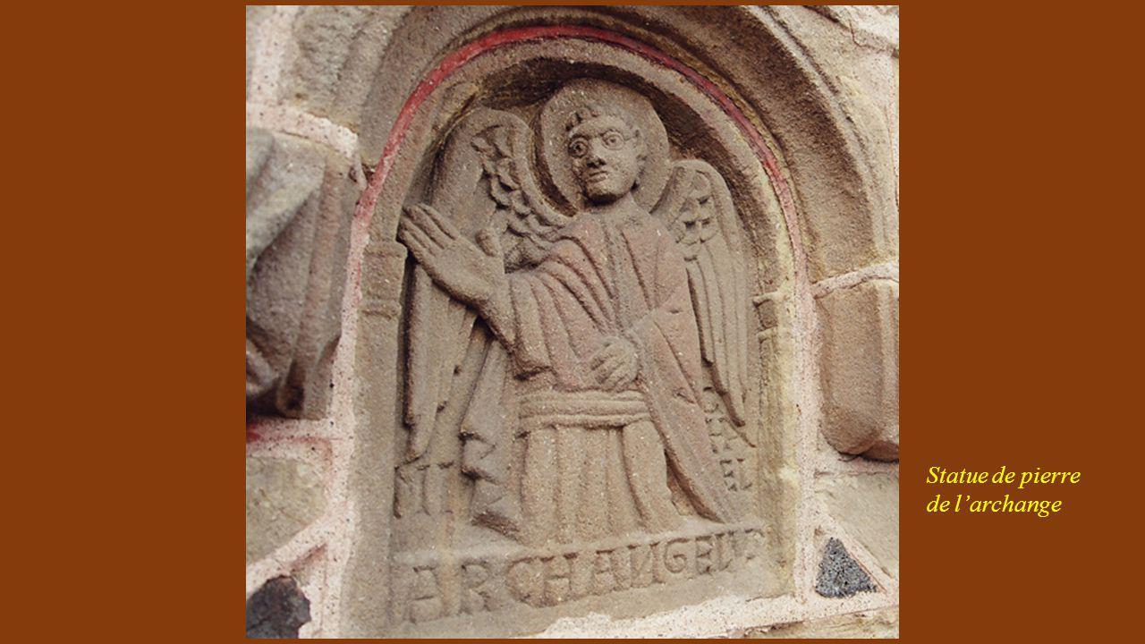 Statue de pierre de l'archange