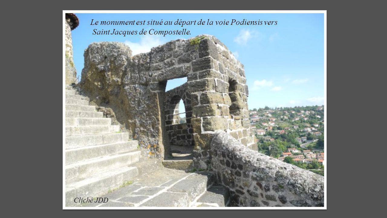 Le monument est situé au départ de la voie Podiensis vers