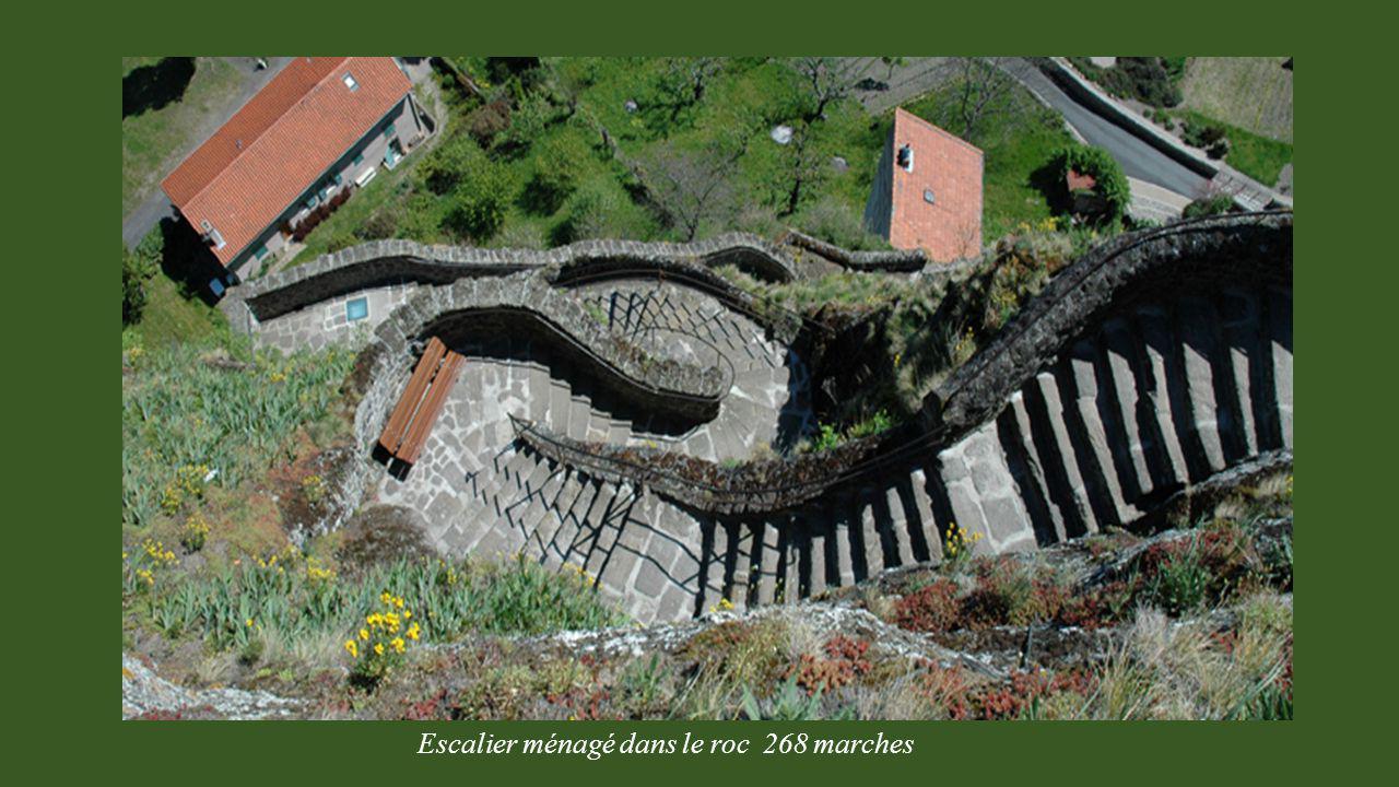 Escalier ménagé dans le roc 268 marches
