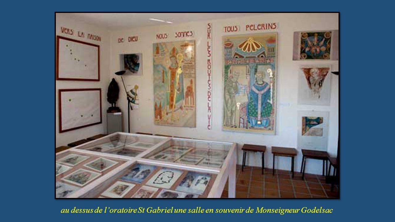 au dessus de l'oratoire St Gabriel une salle en souvenir de Monseigneur Godelsac