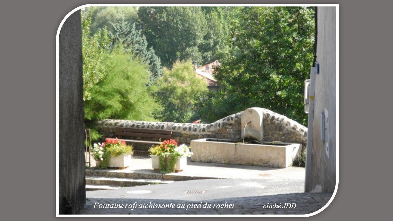 Fontaine rafraichissante au pied du rocher cliché JDD