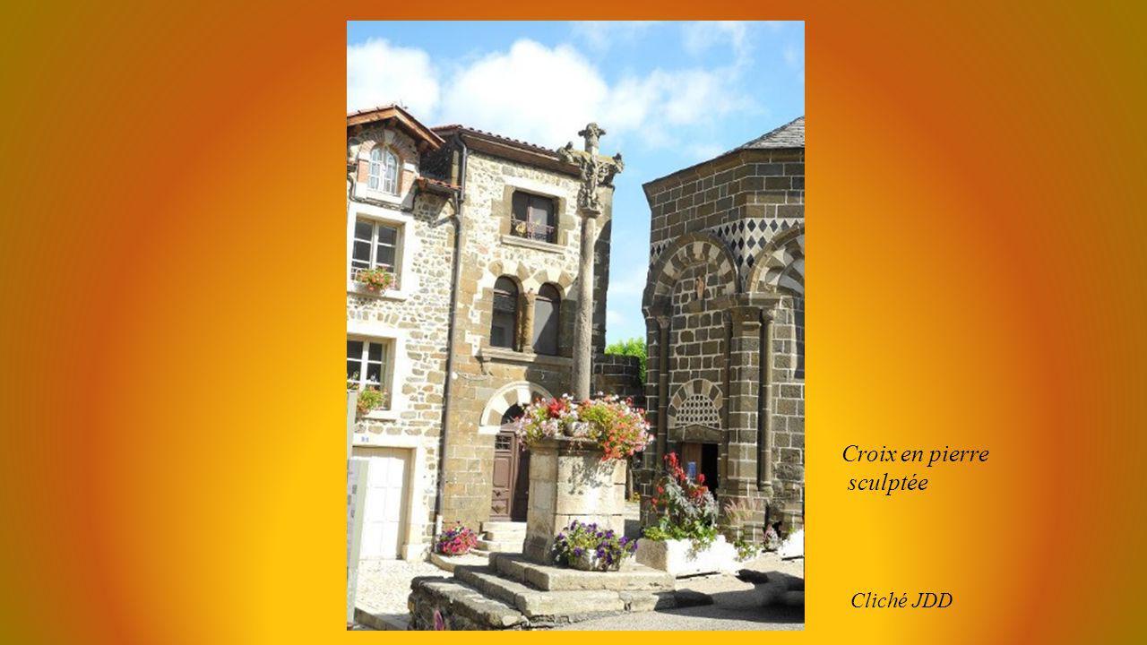 Croix en pierre sculptée Cliché JDD