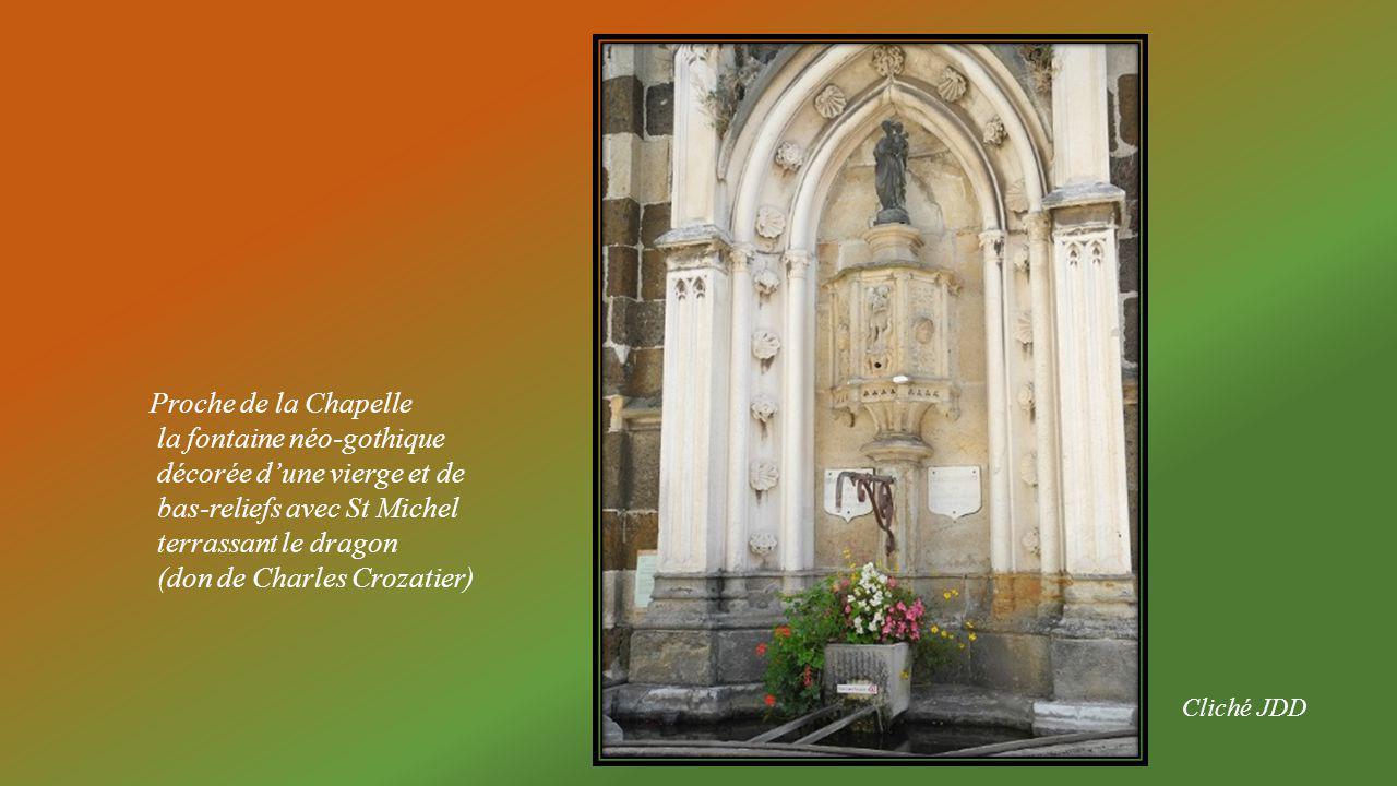 la fontaine néo-gothique décorée d'une vierge et de