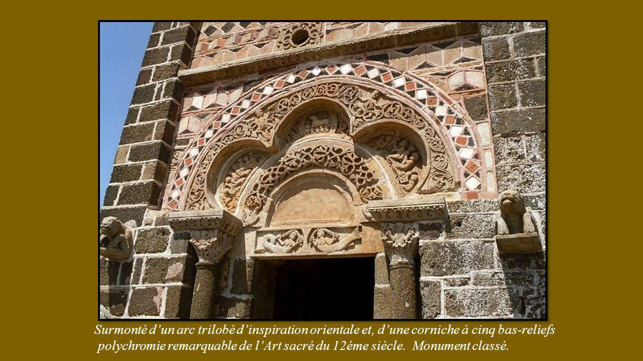 Surmonté d'un arc trilobé d'inspiration orientale et, d'une corniche à cinq bas-reliefs