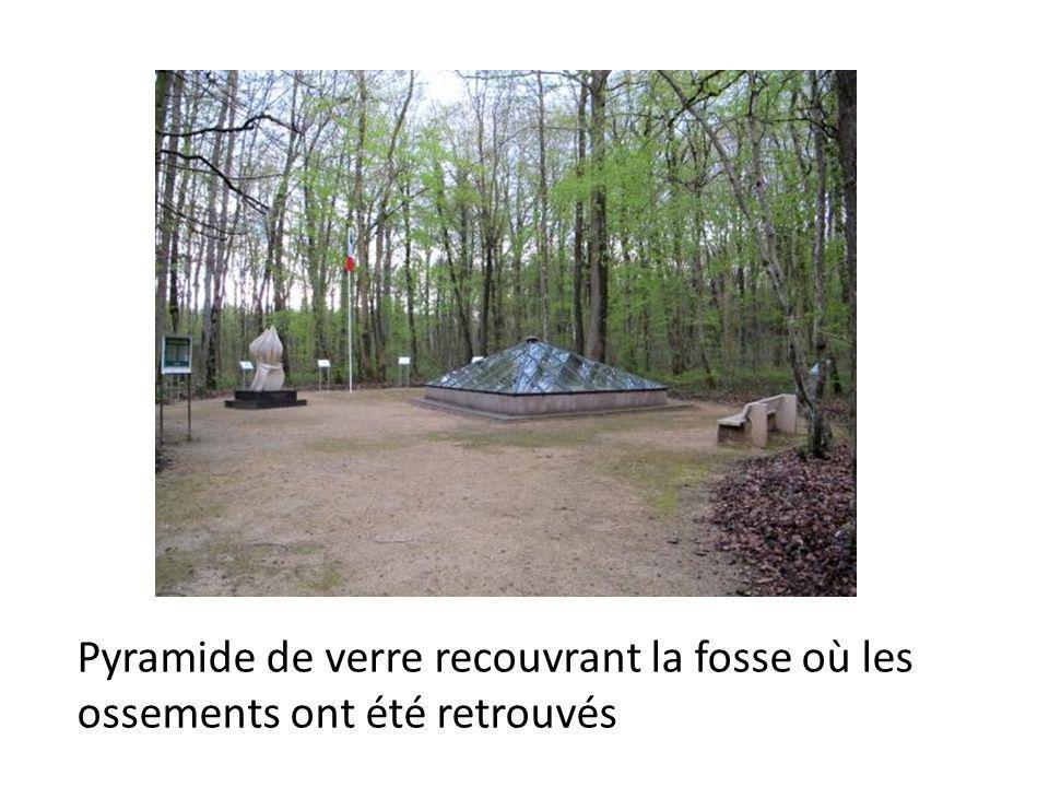 Pyramide de verre recouvrant la fosse où les ossements ont été retrouvés