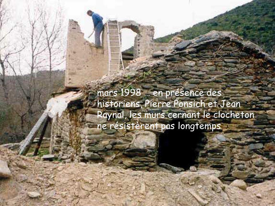 mars 1998 … en présence des historiens, Pierre Ponsich et Jean Raynal, les murs cernant le clocheton ne résistèrent pas longtemps