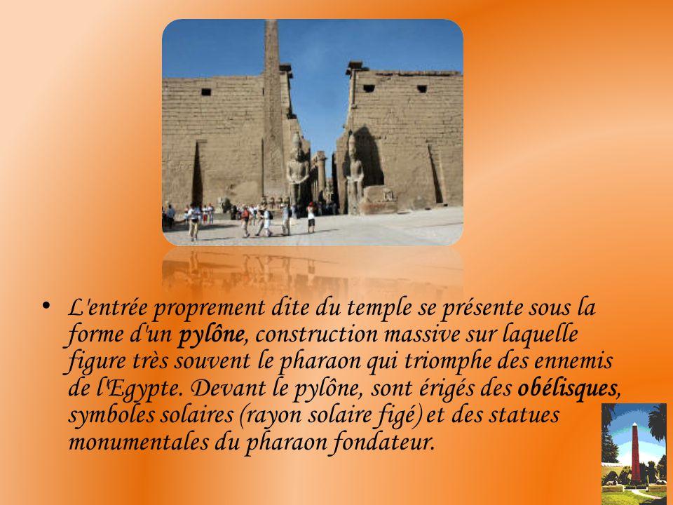 L entrée proprement dite du temple se présente sous la forme d un pylône, construction massive sur laquelle figure très souvent le pharaon qui triomphe des ennemis de l Egypte.