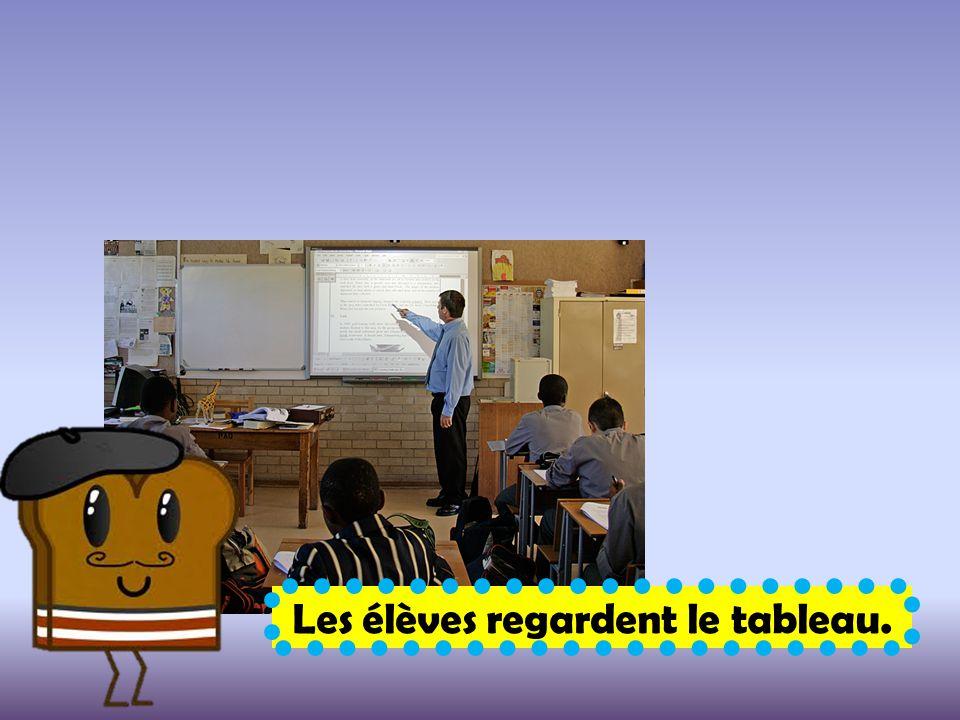 Les élèves regardent le tableau.