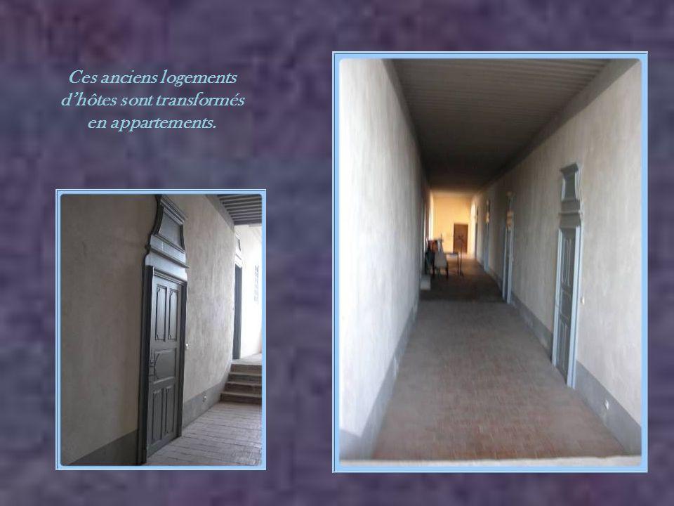 Ces anciens logements d'hôtes sont transformés en appartements.