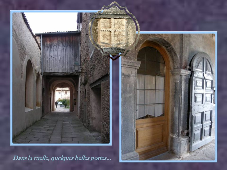 Dans la ruelle, quelques belles portes…
