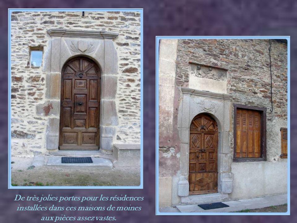 De très jolies portes pour les résidences installées dans ces maisons de moines aux pièces assez vastes.