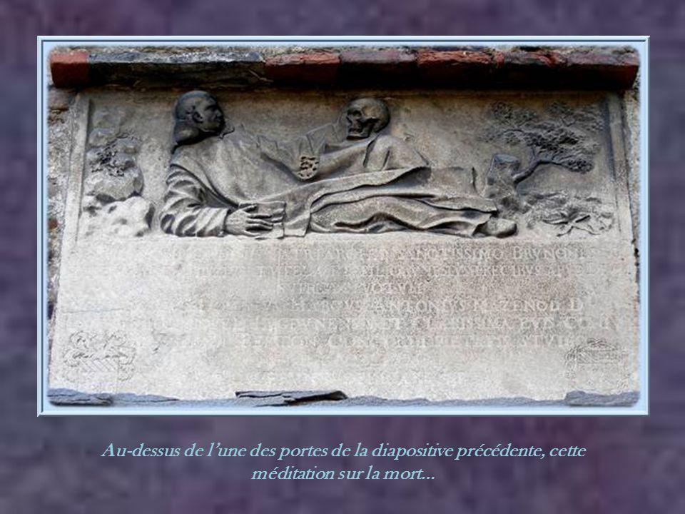 Au-dessus de l'une des portes de la diapositive précédente, cette méditation sur la mort…