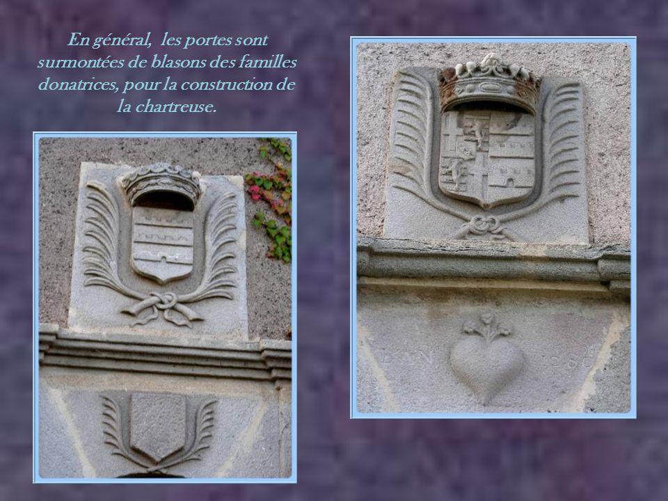 En général, les portes sont surmontées de blasons des familles donatrices, pour la construction de la chartreuse.