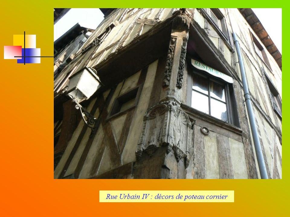 Rue Urbain IV : décors de poteau cornier