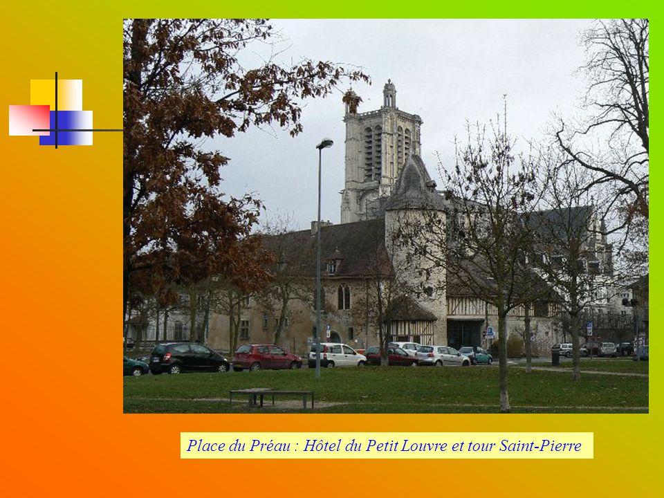 Place du Préau : Hôtel du Petit Louvre et tour Saint-Pierre