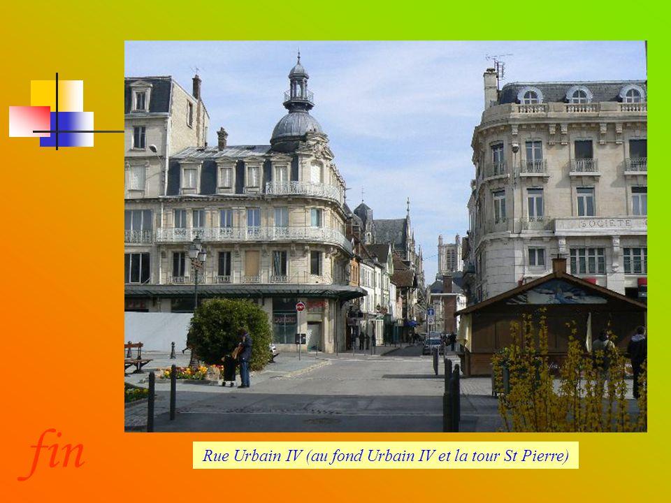 Rue Urbain IV (au fond Urbain IV et la tour St Pierre)