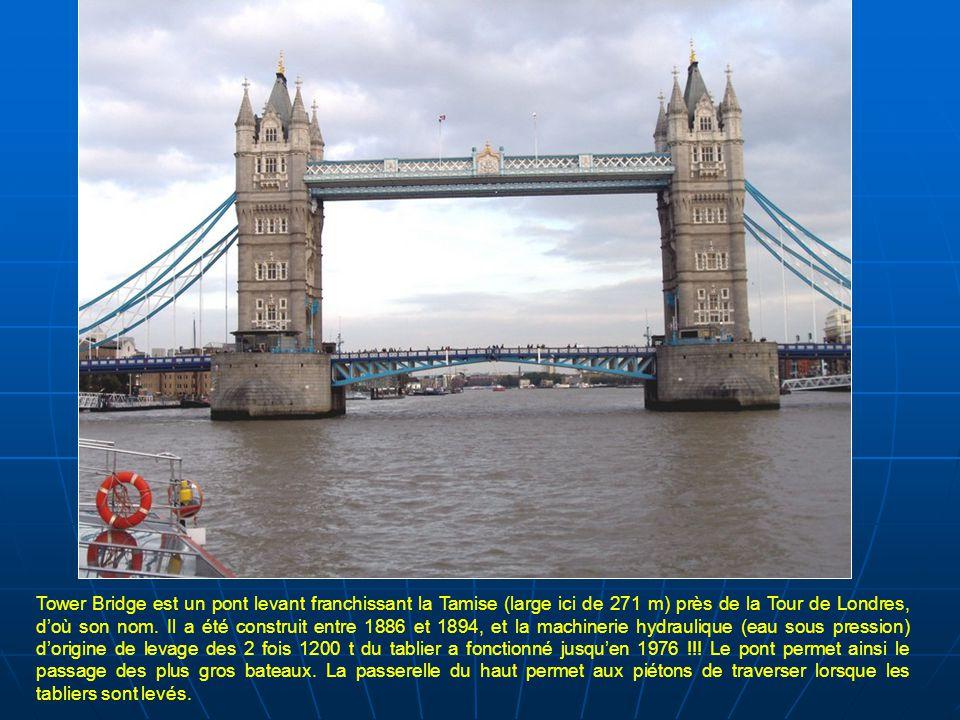 Tower Bridge est un pont levant franchissant la Tamise (large ici de 271 m) près de la Tour de Londres, d'où son nom.