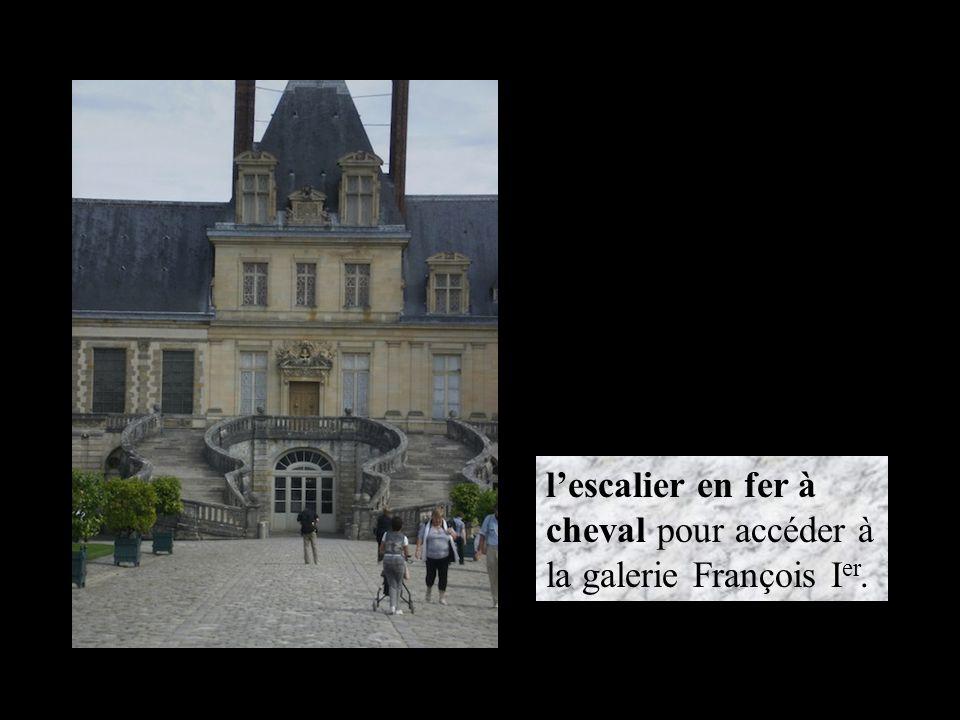 l'escalier en fer à cheval pour accéder à la galerie François Ier.