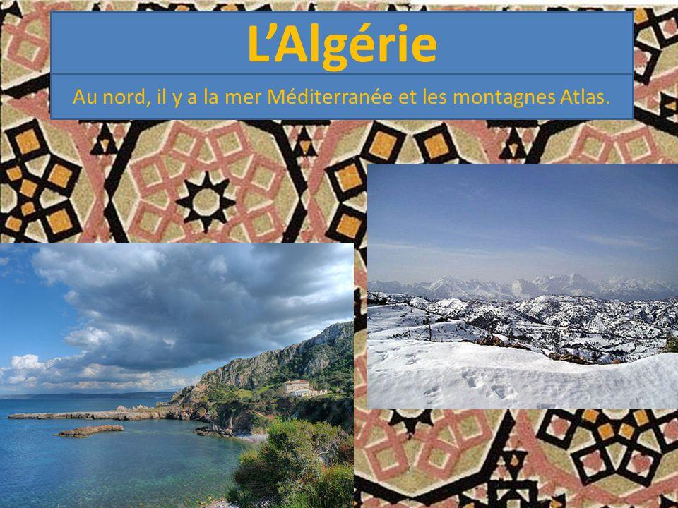 Au nord, il y a la mer Méditerranée et les montagnes Atlas.