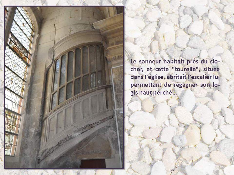 Le sonneur habitait près du clo-cher, et cette tourelle , située dans l église, abritait l escalier lui permettant de regagner son lo-gis haut perché…