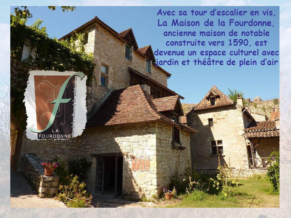 Avec sa tour d'escalier en vis, La Maison de la Fourdonne, ancienne maison de notable construite vers 1590, est devenue un espace culturel avec jardin et théâtre de plein d'air