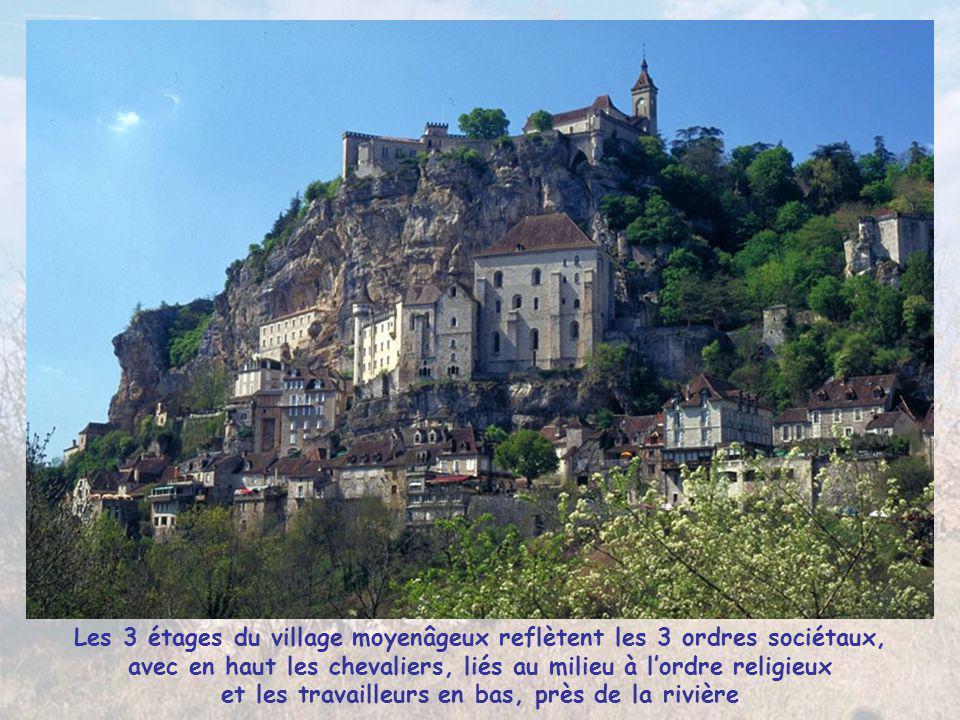 Les 3 étages du village moyenâgeux reflètent les 3 ordres sociétaux, avec en haut les chevaliers, liés au milieu à l'ordre religieux et les travailleurs en bas, près de la rivière