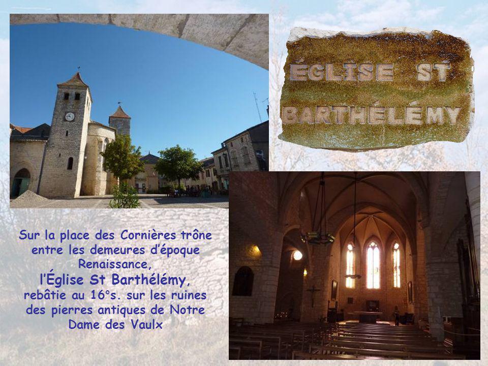 Sur la place des Cornières trône entre les demeures d'époque Renaissance, l'Église St Barthélémy, rebâtie au 16°s.