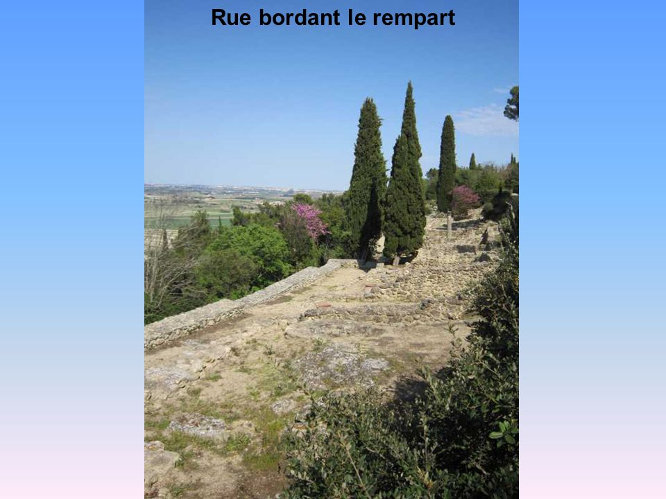 Rue bordant le rempart