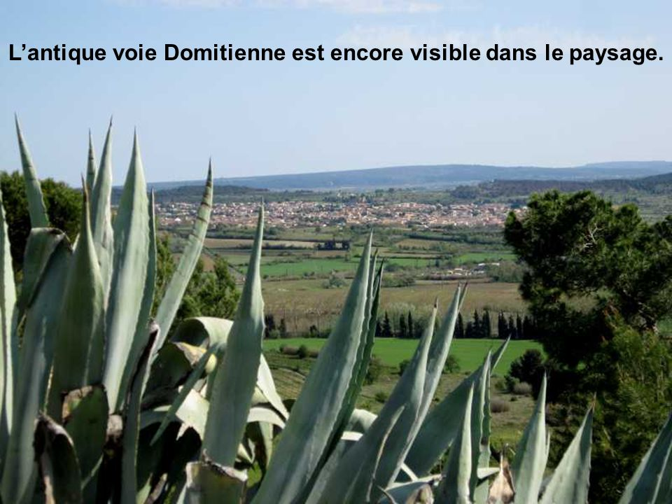 L'antique voie Domitienne est encore visible dans le paysage.