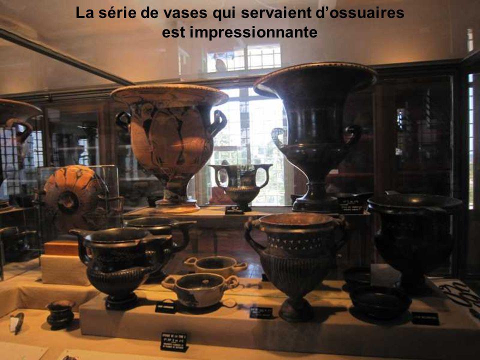 La série de vases qui servaient d'ossuaires