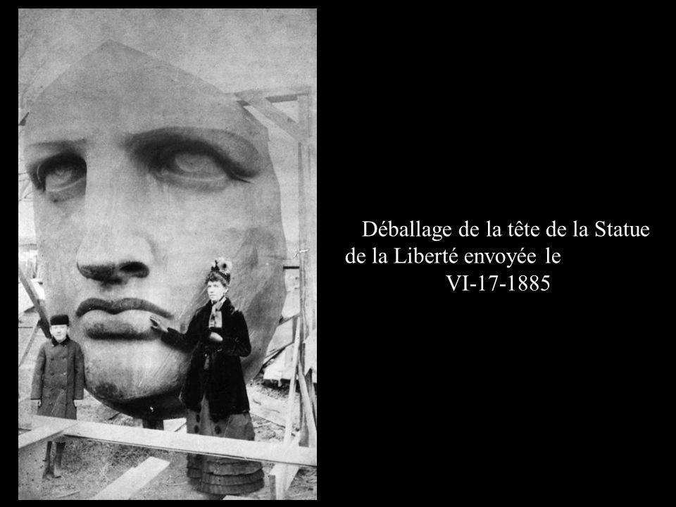 Déballage de la tête de la Statue de la Liberté envoyée le