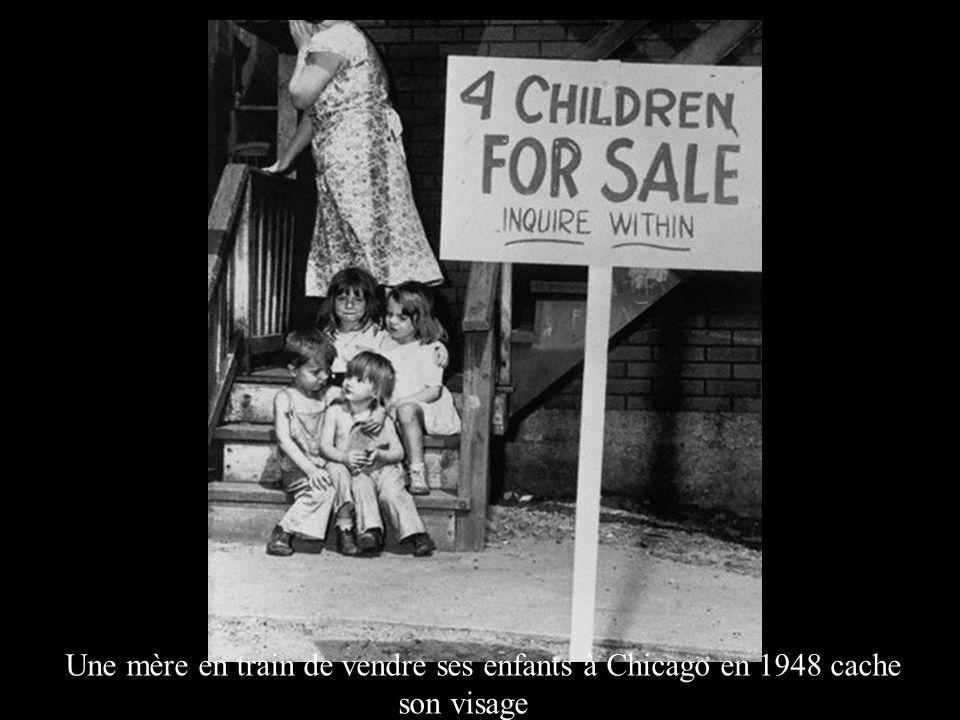 Une mère en train de vendre ses enfants à Chicago en 1948 cache son visage
