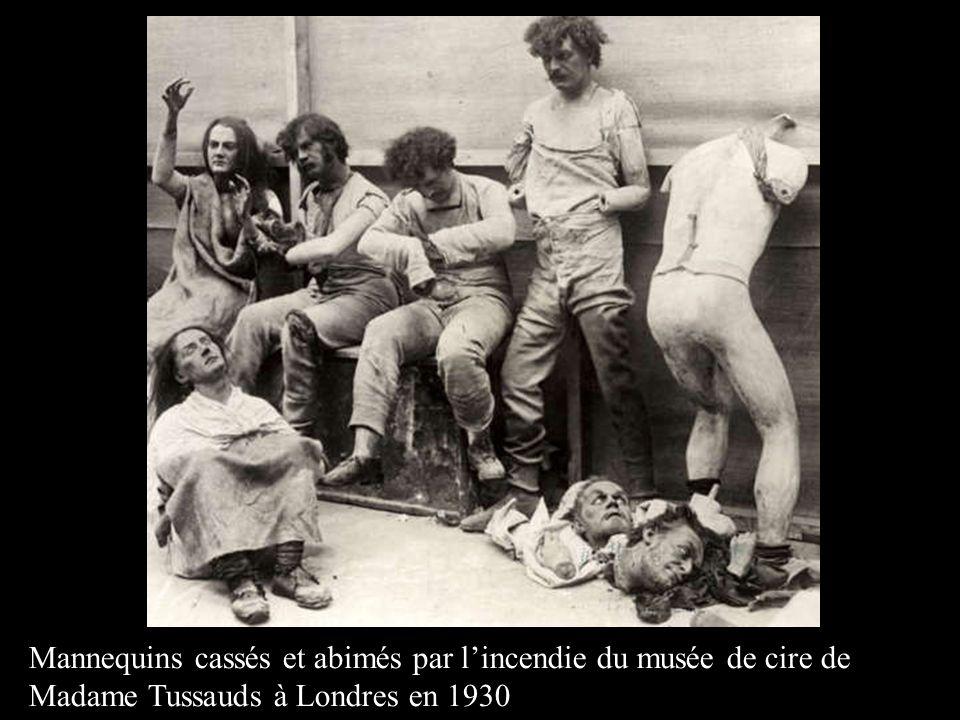 Mannequins cassés et abimés par l'incendie du musée de cire de Madame Tussauds à Londres en 1930