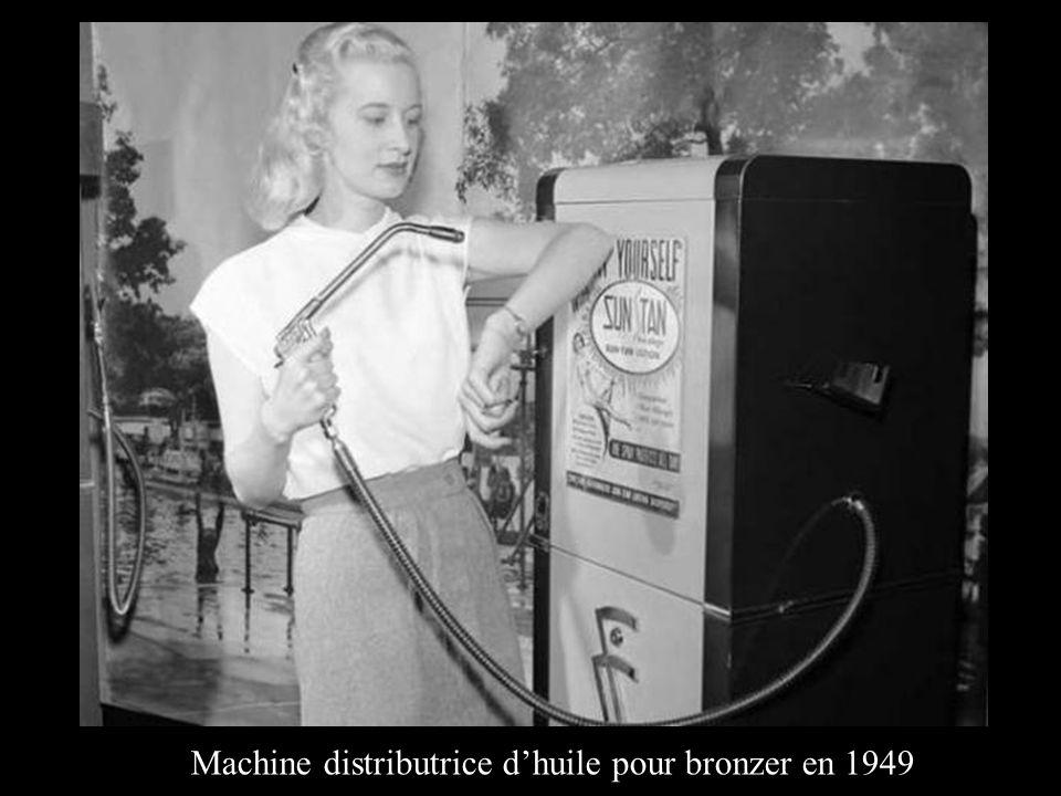 Machine distributrice d'huile pour bronzer en 1949